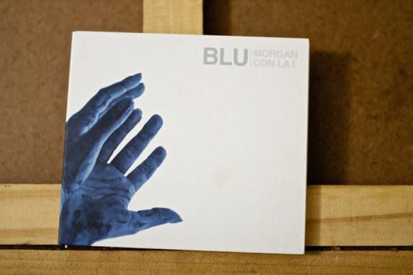 """Con le mani e la faccia dipinte di blu. """"BLU"""" è il primo disco dei Morgan con la i"""